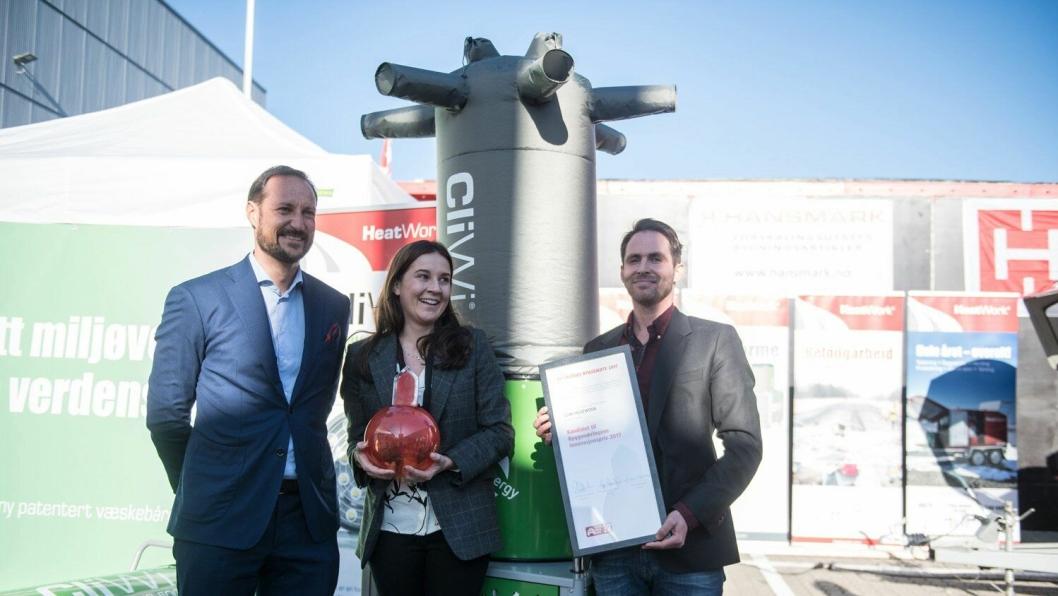 Kronprins Haakon, markedsansvarlig Kristin Markussen i Heatwork og daglig leder i Heatwork Reidar Schille på Bygg Reis deg 2017 i Lillestrøm.