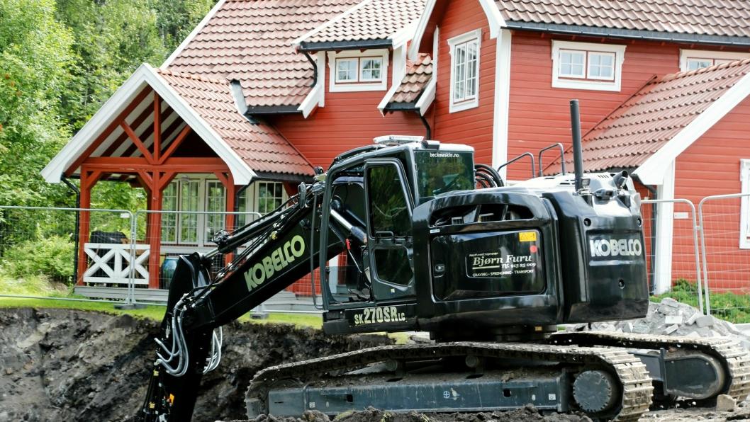 Bjørn Furu må grave dypt. Her skal det bygges et hus med to etasjer under jord. Utgraving av tomter er blitt en spesialitet for maskinentreprenøren.