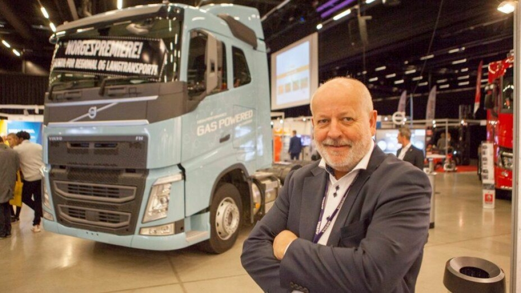 Torstein Magelssen er stolt av å kunne vise en gassdrevet Volvo FH på Gardermoen, og sier han har mange interesserte kunder.