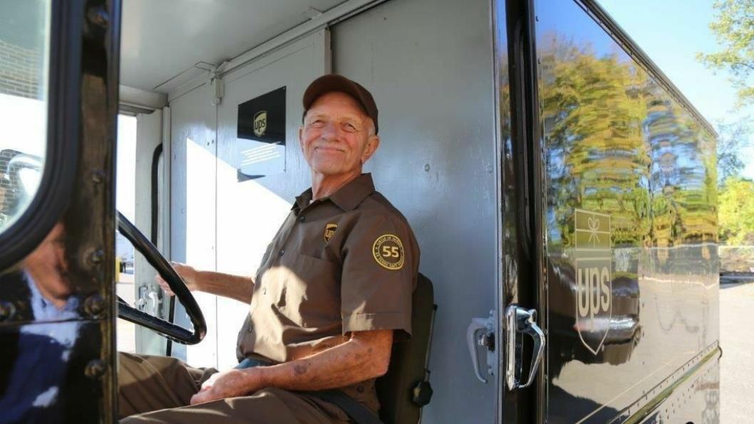 Tom Camp der han trives best, bak rattet på sin brune varebil. På skulderen har han fått påsydd et 55-merke som til ære for den plettfrie kjøringen.