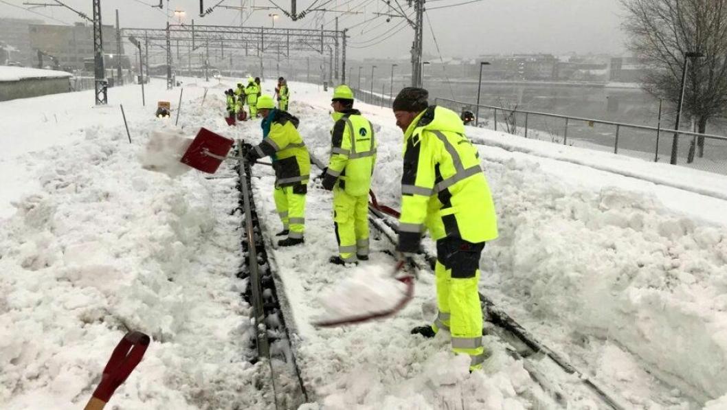 Det ble snørydding istedenfor e-postgjennomgang og møtevirksomhet for kontorfolket hos Bane Nor i Drammen tirsdag 16. januar. Foto: Bane Nor SF