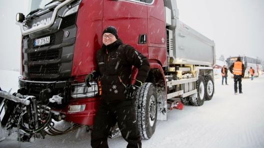 FØRSTE: Produkttekniker Vidar Lehne i Scania har hatt ansvaret for byggingen av den spesielle brøytebilen.