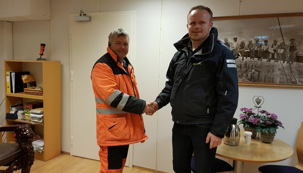 Daglig leder Arvid Asphaug i Asphaug Maskin (t.v.) og Roger Langhelle, konsernsjef Bulder AS. Foto: Bulder AS