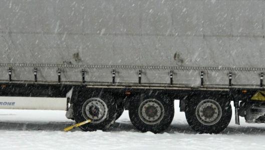Det ble satt på hjullås på denne tralla på grunn av at den ikke hadde vinterdekk påsatt. Foto: Statens vegvesen