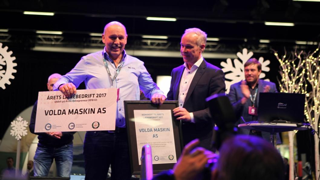 Jon Grebstad, daglig leder i Volda Maskin, mottok prisen fra kunnskapsminister Jan Tore Sanner på vegne av sin bedrift. Foto: Hans Kristian Barbøl