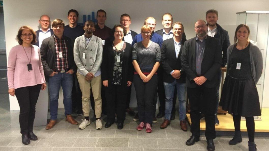 Møtedeltagerne etter undertegnelse av samarbeidsavtalen. Foto: Nye Veier