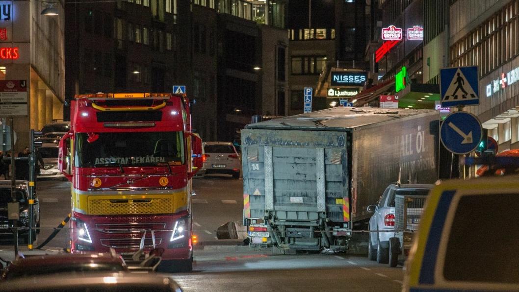 Fem personer døde og mange ble skadd da Rakhmat Akilov kjørte lastebil (den blå) i høy hastighet ned Drottninggatan. Foto: Frankie Fouganthin