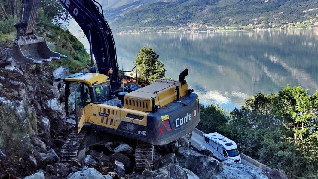 Contexo som hadde eneste tilbud er vant med bratte og rasutsatte veiprosjekter. Her fra Deidlo på fv13 langs Hardangerfjorden. Foto: Contexo