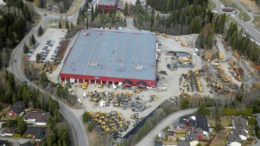 ANLEGGET PÅ MASTEMYR: Volvo Maskins område på Mastemyr er preget av en gul maskinpopulasjon rundt bygningene. Foto: Anders Nordheim-Dahl