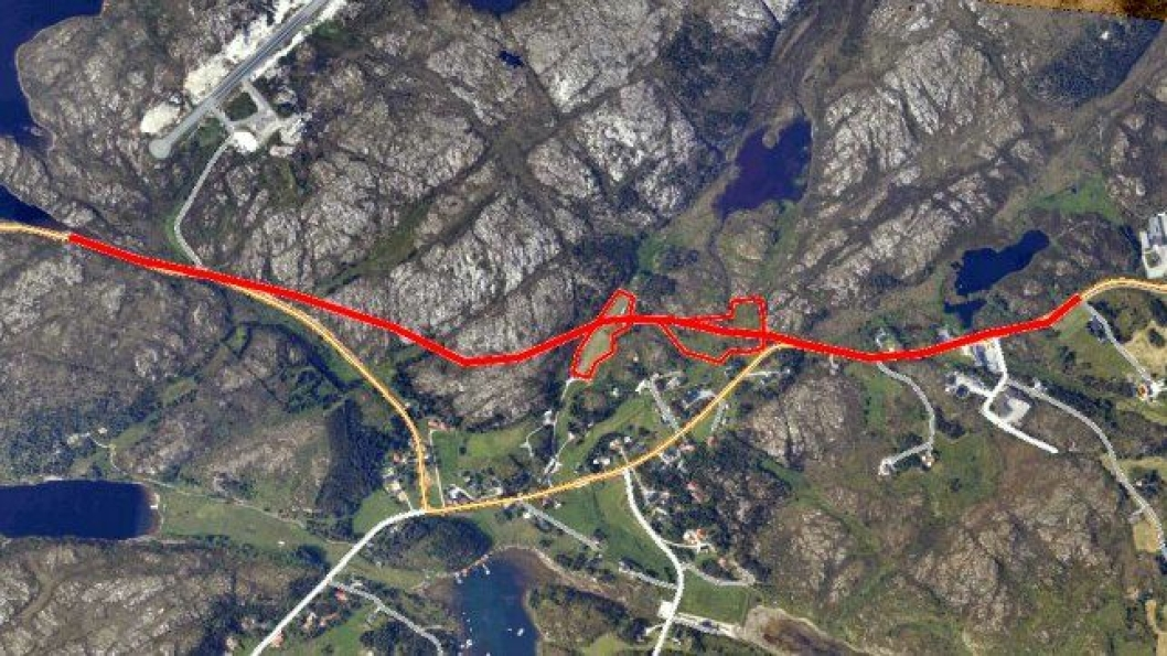 Den røde streken viser hvor den nye veien er skal legges. De to avmerkede områdene på den nye strekningen,brukes som jordbruksland. Foto: Statens vegvesen