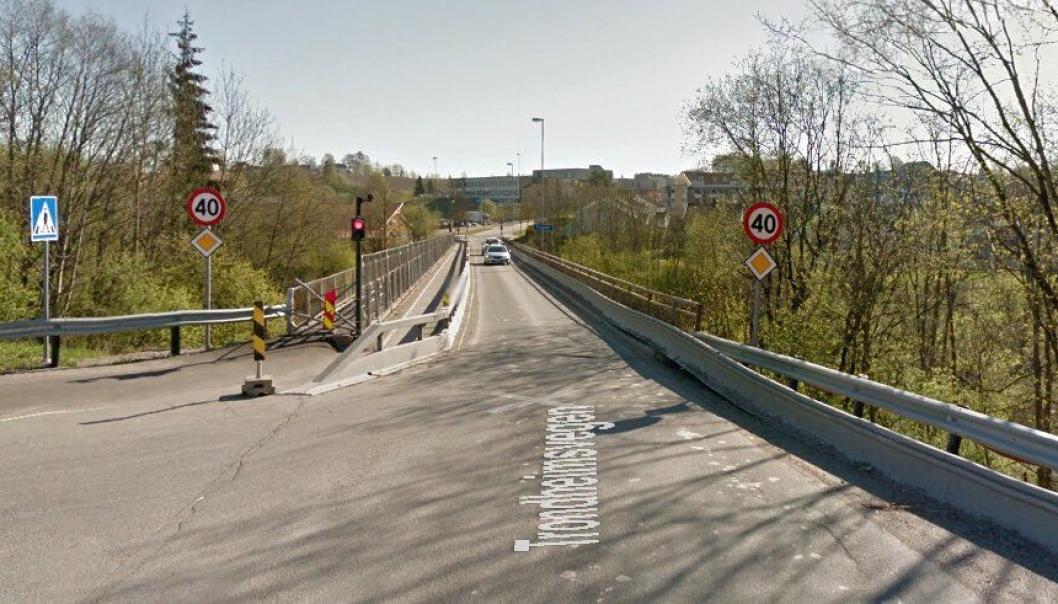 Denne brua skal rives. Det skal bygges ny bru for kjøretøy og en annen ny bru for gående. Foto: Google Street View