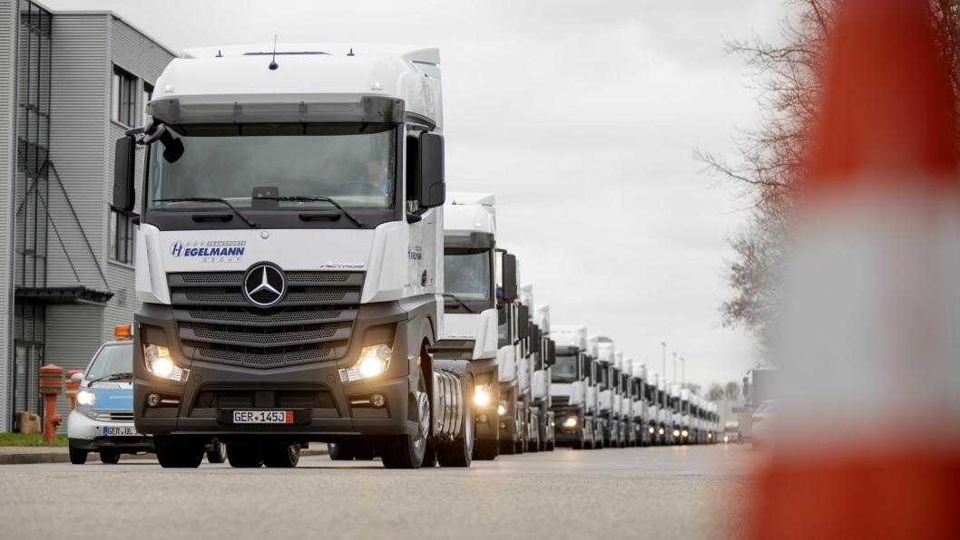 Her kjøres de 30 siste av en leveranse på 1000 Actros-er fabrikken i Wörth.