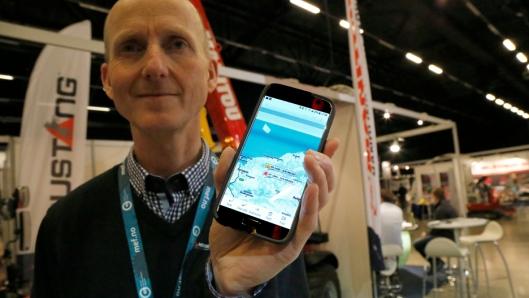 På bildet fra Arctic Entrepreneur viser Manitou-salgssjef, Thor Tveter, hos Hesselberg Maskin hvor de to maskinene befant seg ved 11-tiden onsdag 24. januar. Foto: Klaus Eriksen