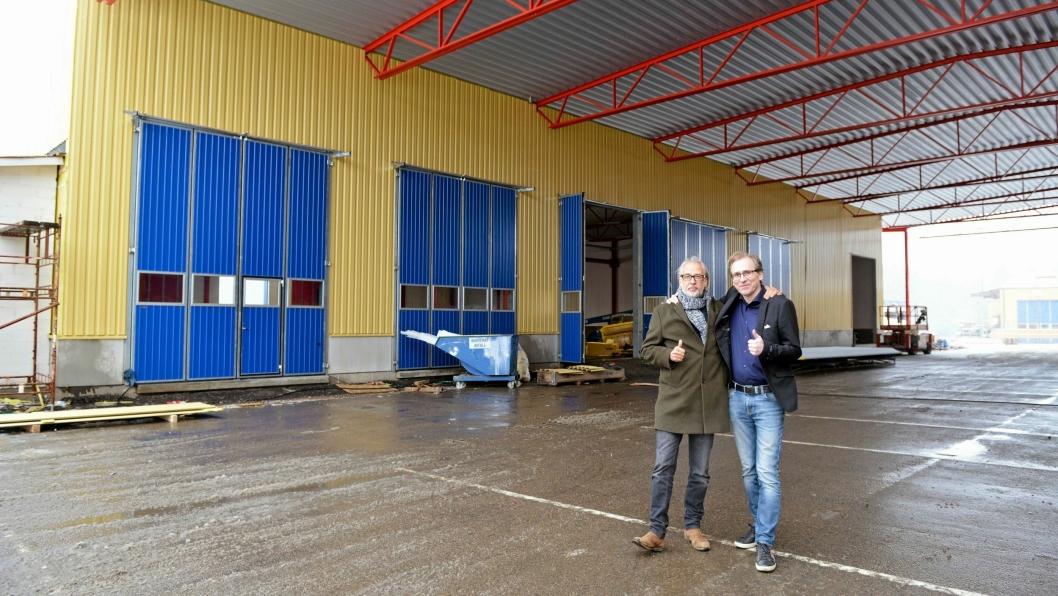 NYBYGGET: Leder av SKAB-gruppen Tomas Andersson (t.v) sammen med fabrikkdirektør Richard Nilsson foran de nye lokalene.