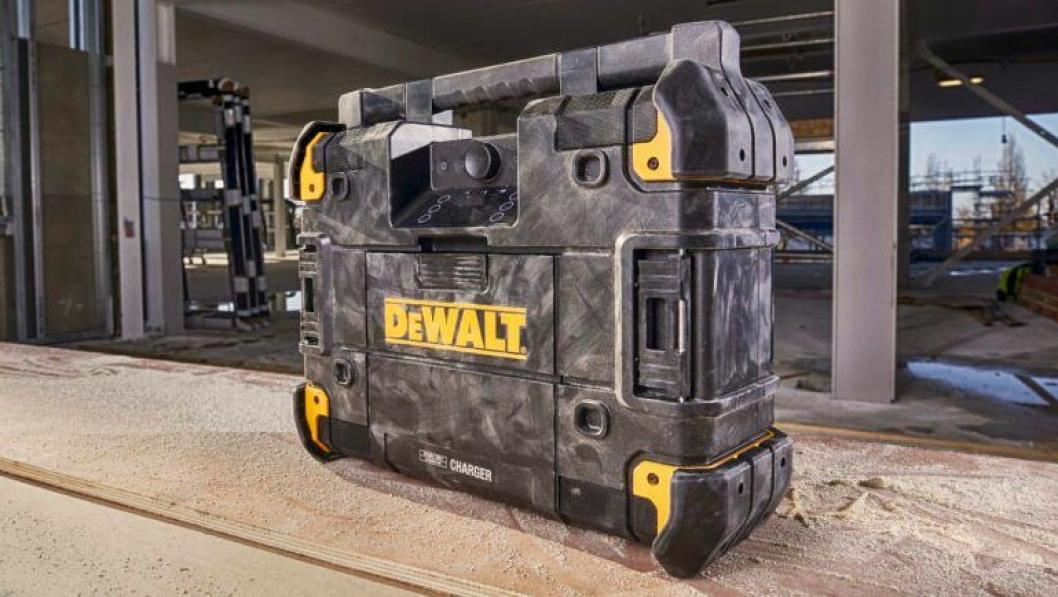 VELLYD: Nye Tstak  Radio & lader er kompatibel med Dewalts kraftige batteri 54V XR, noe som gir ekstra lang spilletid.