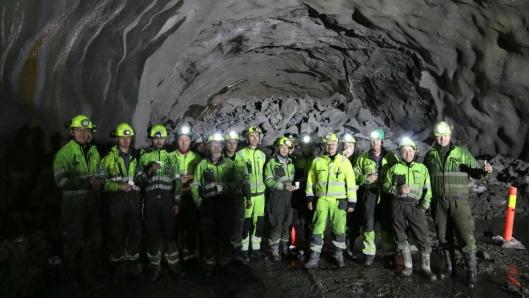 Arbeidere fra BetonmastHæhre foran røysa etter gjennomslaget.