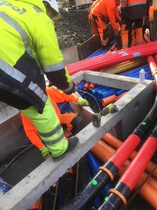 Fargen på trekkerøret angir hvilken type kabel som ligger i røret. Bildet viser en trekkekum i et gatekryss i Oslo hvor et stort antall trekkerør møtes.