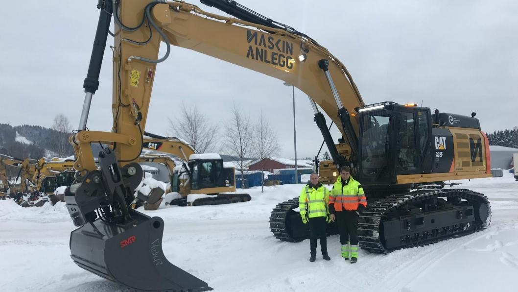 Daglig leder John Petter Helset i Maskinanlegg (t.v.) og maskinfører av Cat 352FLXE, Claus Kviesgaard.