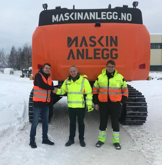 Fra venstre: Hedmarks-selger Jonas Strande i Pon Equipment, daglig leder John Petter Helset i Maskinanlegg (t.v.) og maskinfører av Cat 352FLXE, Claus Kviesgaard.