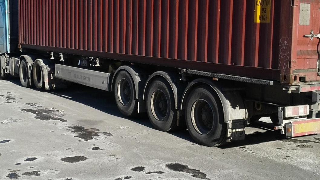 Det ble for nye vekt på akslene som var på bakken med to løftet og last i containeren.
