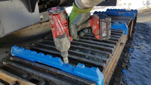 ENKELT: Med en muttertrekker og en latmannsarm har man det som trengs for å montere Track Claw. Foto: Hettec.