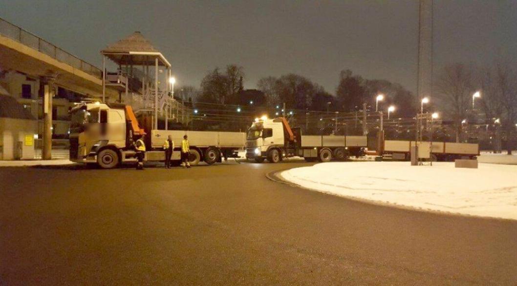 Lastebilene skal ha tauet i 80 km/t (22,22 m/s) med en avstand på 6 meter.