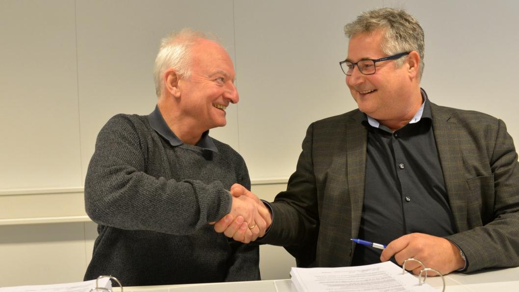 Prosjektleder for Rogfast, Tor Geir Espedal (t.v.), og prosjektsjef for tunnel i BetonmastHæhre Anlegg AS, Øystein Birkeland, skreiv i dag under på kontrakten på en 700 meter lang sidetunnel torsdag 8. mars.