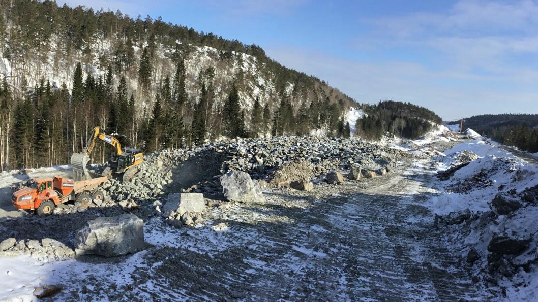 BetonmastHæhre Anlegg AS har sprengt og flyttet betydelige mengder masser på nye E18 Rugtvedt-Dørdal.