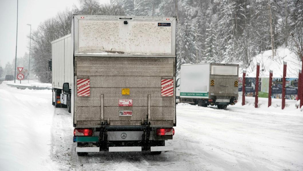 TO GANGER: Først ble varebilen tatt med totalvekt på 6 tonn. Noen timer senere ble den stoppet igjen (bilen med sladdet side). Da med 700 kilo i overlast og totalvekt på 4200 kilo.