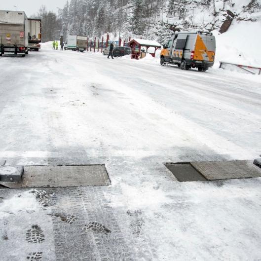 TUNGE: Bare hver fjerde varebiler som passerte Statens vegvesens vekter under en kontroll på Sollihøgda mandag fikk kjøre videre.