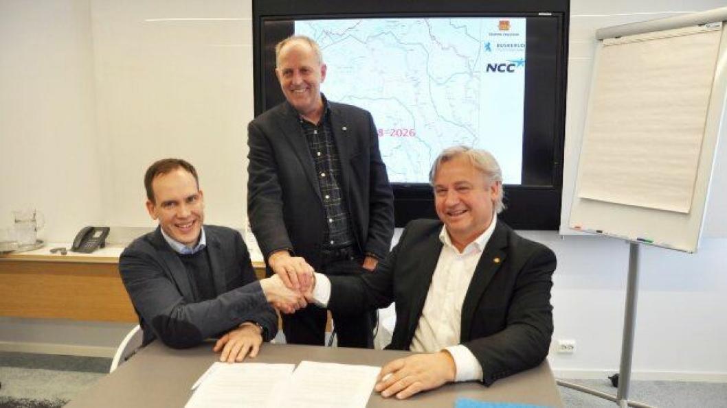 Fra venstre:  Dir. Anders Høvik i NCC, fylkesvaraordfører Olav Skinnes og regionvegsjef Kjell Inge Davik.