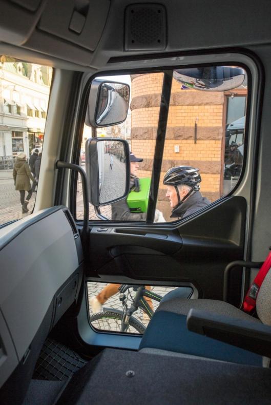 Et ekstra vindu i passasjerdøren gir bedre sikt, slik at dødvinkler reduseres til et minimum.