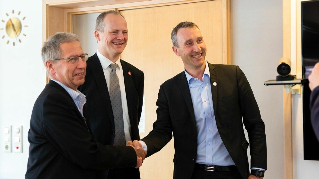 Bilde fra offentliggjøringen av tildelingen, 15 mars. Fra venstre; vegdirektør Terje Moe Gustavsen; samferdselsminister Ketil Solvik-Olsen; konserndirektør i Skanska Norge Ståle Rød.