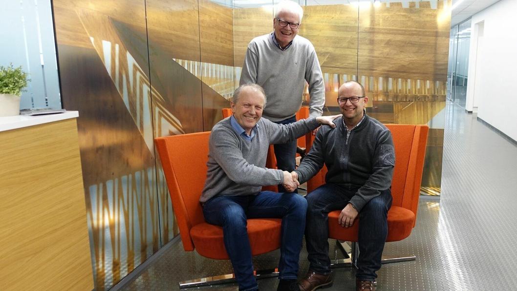 Bak: Styreleder Karl-Gunnar Karlsson. Foran fra venstre: Avtroppende adm. direktør Ivar Roland og påtroppende adm. direktør Johan Hansson i Peab Anlegg.