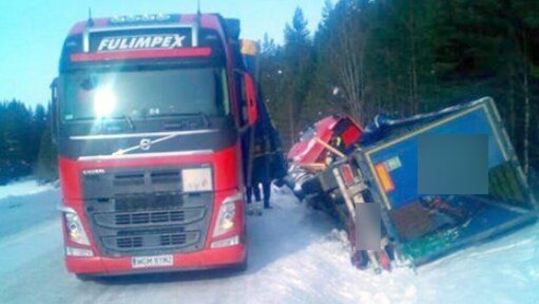 Ansatte som arbeider for Fulimpex lastet over trelasten fra det havarerte vogntoget til et annet før Bilberging Innlandet fikk det tilbake på hjulene i Engerdal.