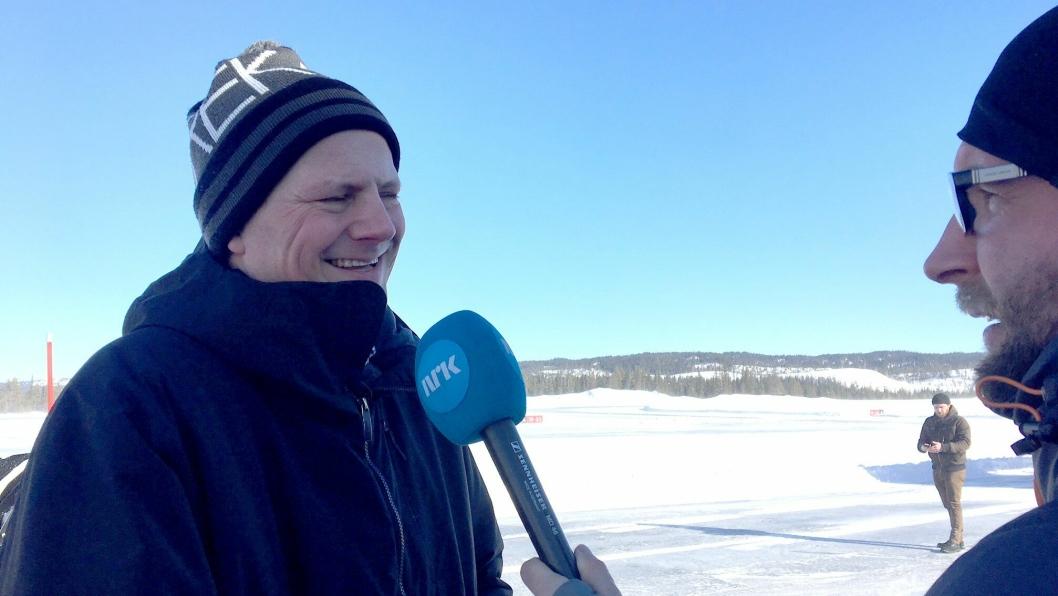 IMPONERT: Samferdselsminister Ketil Solvik-Olsen sa etter prøveturen at han syntes det var fascinerende at føreren i bilen satt og pratet uten å røre ratt eller pedaler, samtidig som de begge så at flystripa på Fagernes ble brøytet.