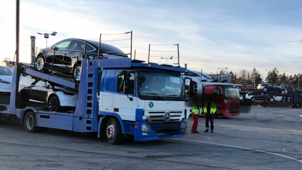 Dette vogntoget føyer seg inn i rekken av flere eldre kjøretøy med mangler som brukes til å frakte nye Tesla-er fra Sverige til Norge.
