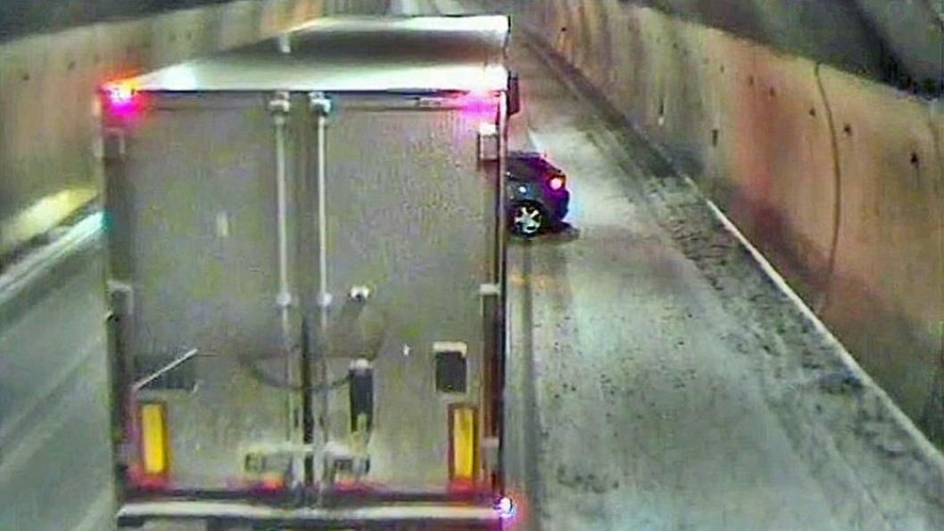 Her har vogntog-sjåføren nettopp oppdaget personbilen, etter å ha dyttet den ca. 1,5 km på E6, og er i ferd med å stoppe. Bildet ble først publisert på TV2.no
