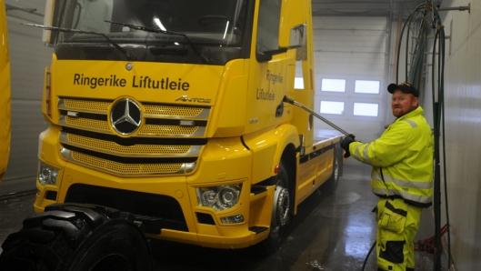 Marius Røsholt, som kjører semitrailer til daglig, er opptatt av jevnlig vedlikehold av kjøreparken.