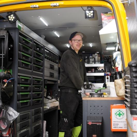 Servicetekniker Espen Andre Bjerknes forbereder dagens oppdrag fra en godt rigget servicevogn.