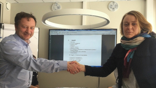 Avdelingsleder Dagfinn Evensen fra Carl C. Fon og prosjektleder Siri-Kristin Rønnevik i Asker kommune under kontraktsmøtet onsdag 21. mars.