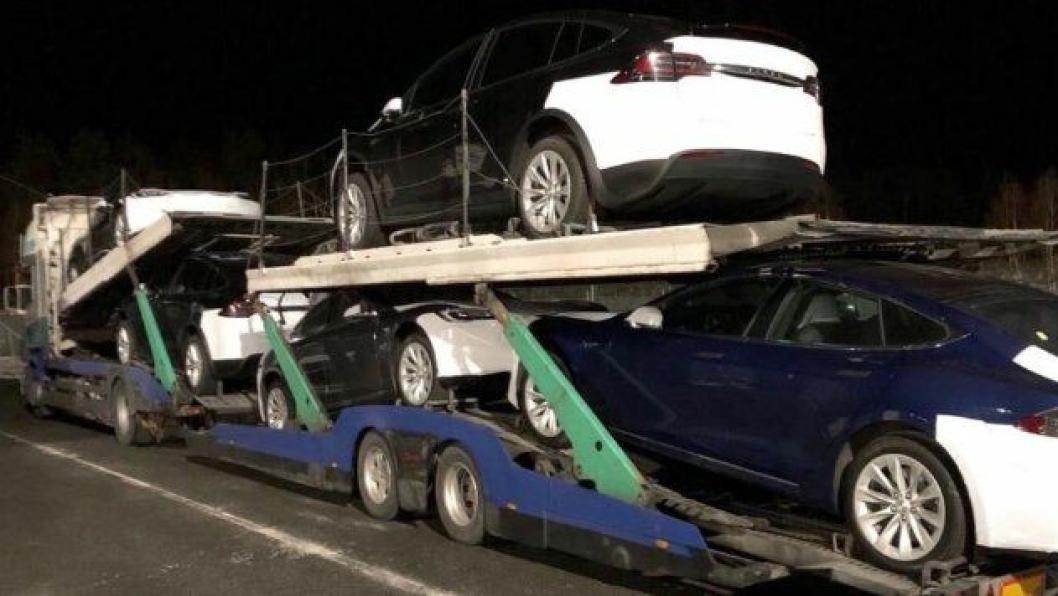 Denne Tesla-transporten ble stoppet på Svinesund 19. mars med bremsefeil, løst påbygg og utslitt hengerfeste. Det ble full stopp og kjøreforbud.