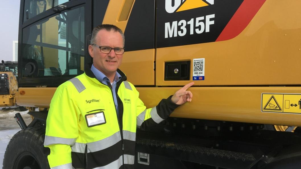 Erik Sollerud, adm. direktør i Pon Equipment AS, med en registrert Cat-maskin.