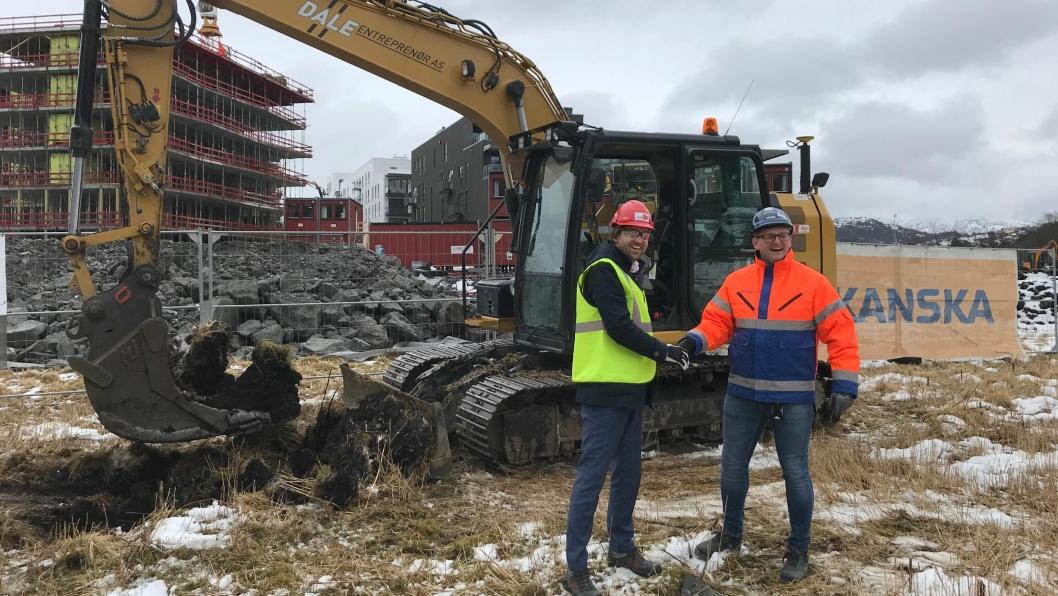 Styrelelder i Axer, Borger Borgenhaug, og regiondirektør i Skanska, Raymond Tuv, under «første spadetak» på Gartnerløkken i Bergen.