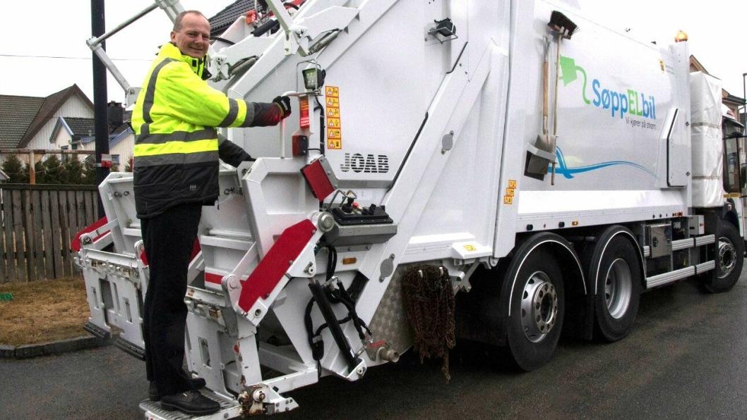 Samferdselsminister Ketil Solvik-Olsen var med og hentet avfall i Sarpsborg med en elektrisk drevet avfallsbil 9. april 2018.