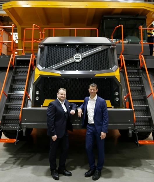 Adm. direktør for Volvo Construction Equipment Melker Jernberg (t.h.) og Paul Douglas som er Volvos leder for tipptruck-programmet og adm. direktør for Terex Trucks.
