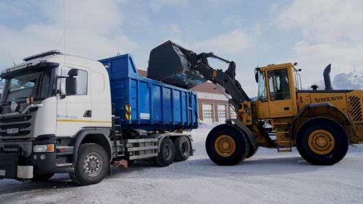 I tillegg til brøyting brukes også den Allison-utstyrte Scania-en til strøing og til bortkjøring av snø fra byens sentrale gater.