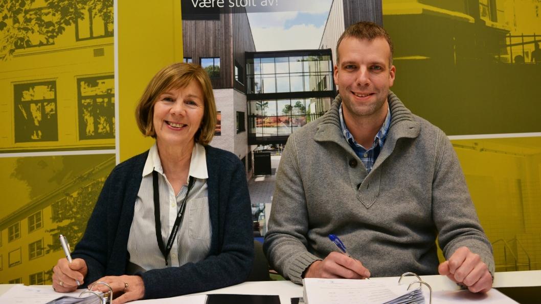 Rigmor Hansen i Undervisningsbygg og prosjekteringsleder Bjørnar Hove i AF Decom AS undertegnet kontrakten.
