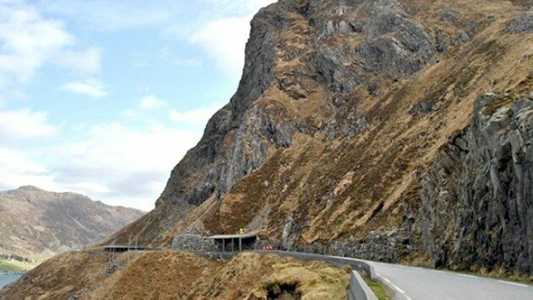 Det bygges tunnel ved Kleiva forbi den mest skredutsatte strekningen mellom Halsen og Gatteneset. Under arbeid med å sprenge ut forskjæringen på østsiden av Strandanipatunnelen ble det boret på gammelt sprengstoff.