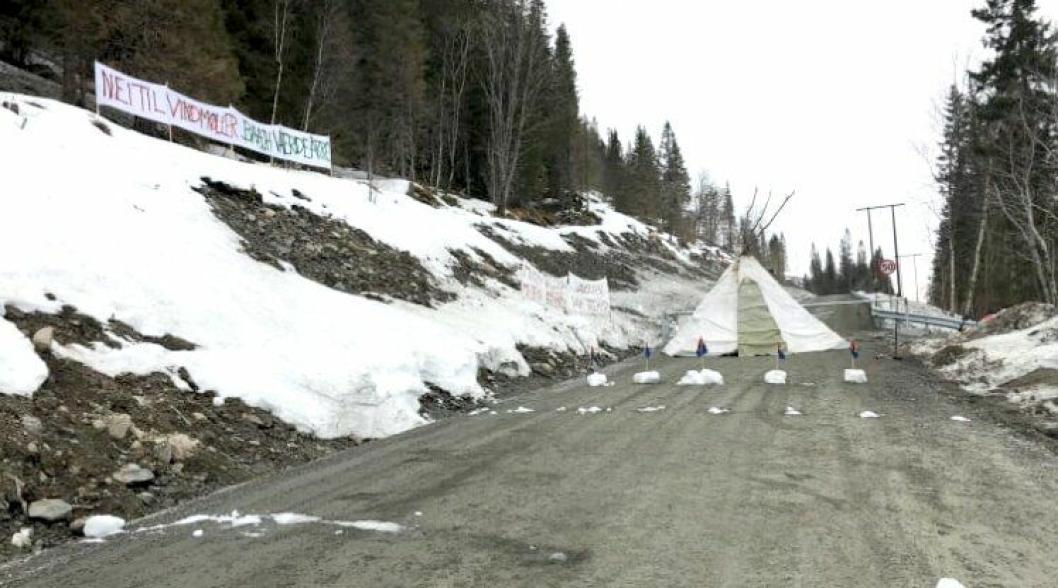 Aktivister hadde satt opp lavvo i veien til anleggsområdet under byggingen av Storheia vindpark på Fosenhalvøya.